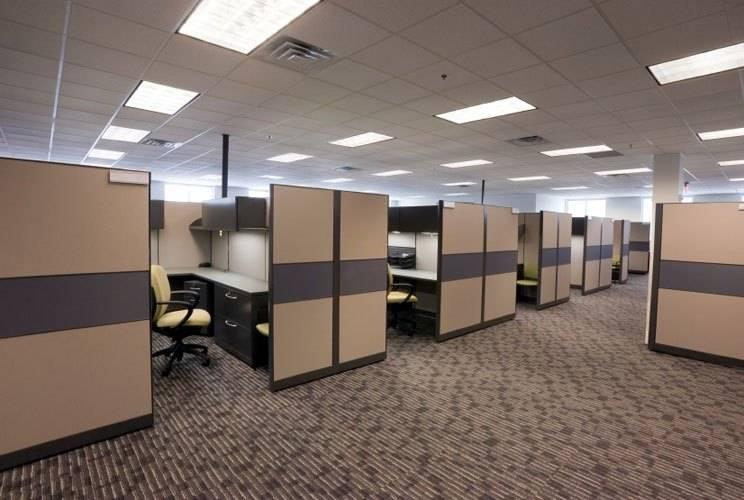 В офисе постелен ковролин