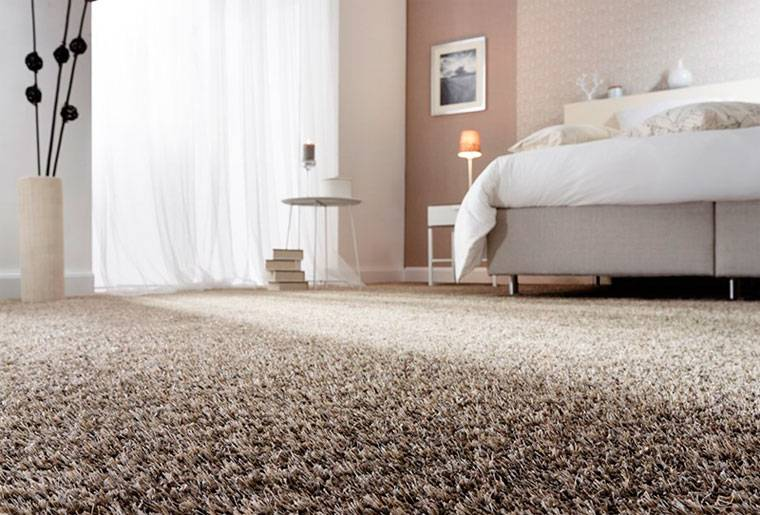 На полу постелен ковролин