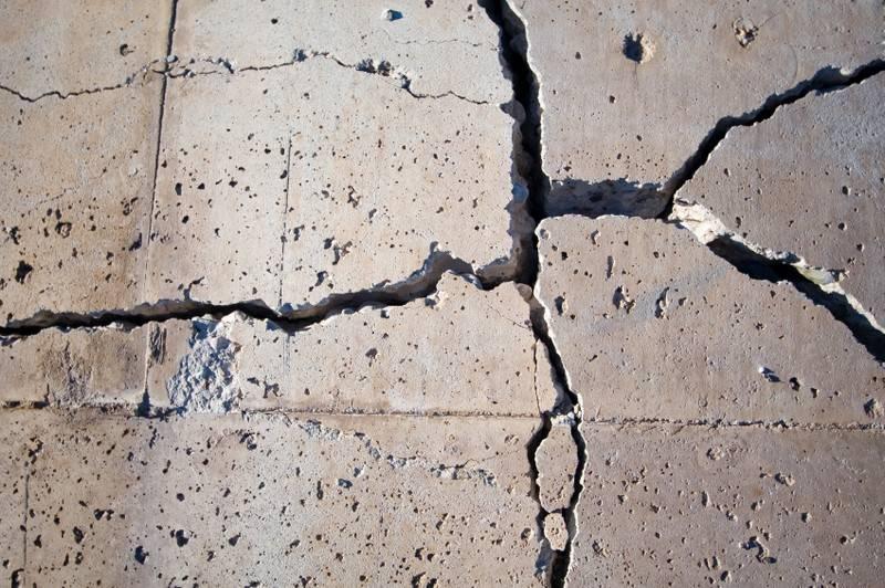 Большие трещины в бетоне