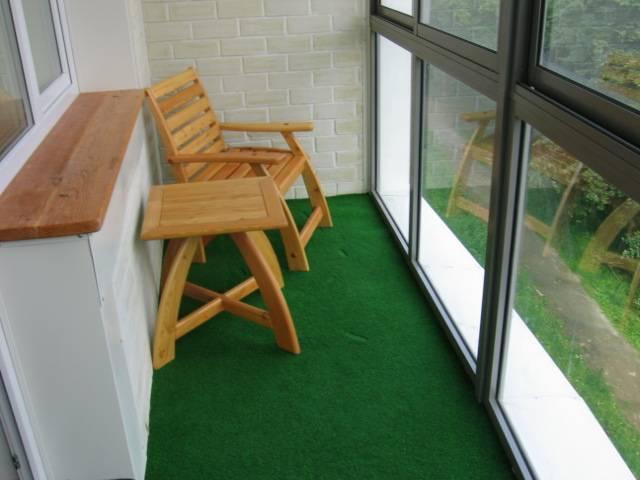 Зеленый ковролин на балконе