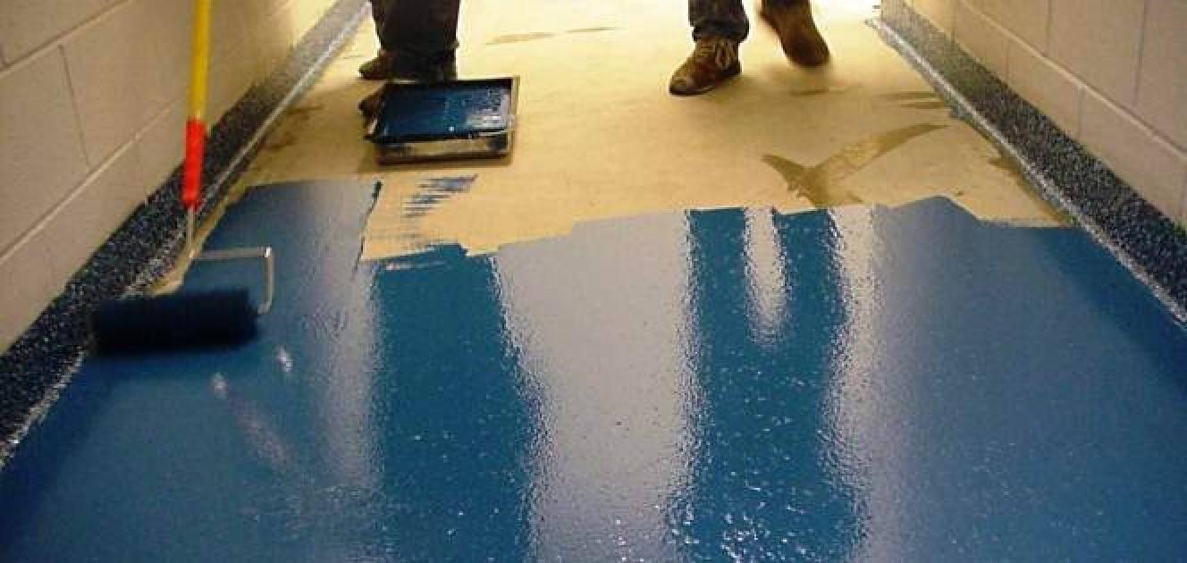 Красим синей краской бетон